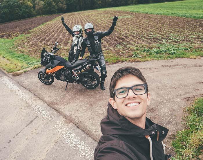 Selfie s novomanželi - dotáčky do svatebního videa (na motorce)