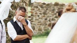 Dojemné reakce ženichů, když poprvé spatří svou nevěstu (část II.)